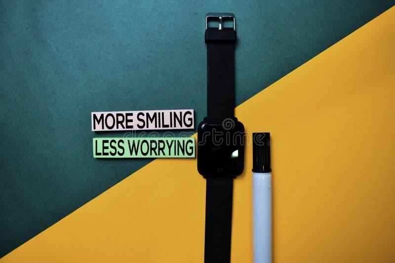 Sorridendo più di meno preoccupando testo sul fondo della tavola di colore di vista superiore fotografie stock