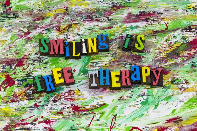 Sorridere è scritto tipografico libero di atteggiamento di terapia immagine stock