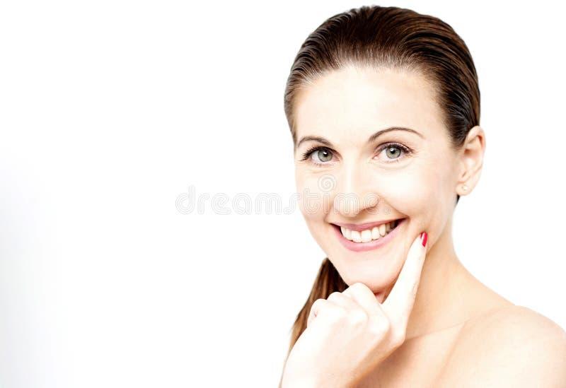 Download Sorridere Affascinante Attraente Della Donna Fotografia Stock - Immagine di purezza, glowing: 56886130