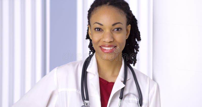 Sorridere africano di medico della donna immagini stock libere da diritti