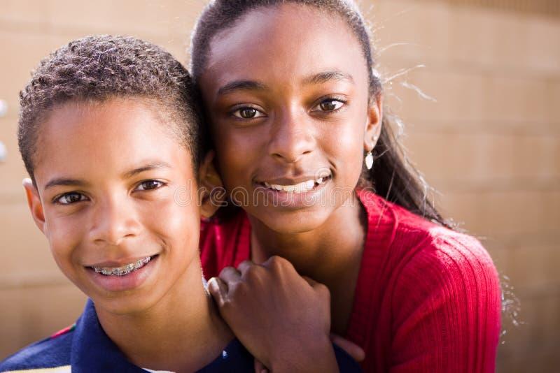 Sorridere afroamericano felice della sorella e del fratello immagine stock