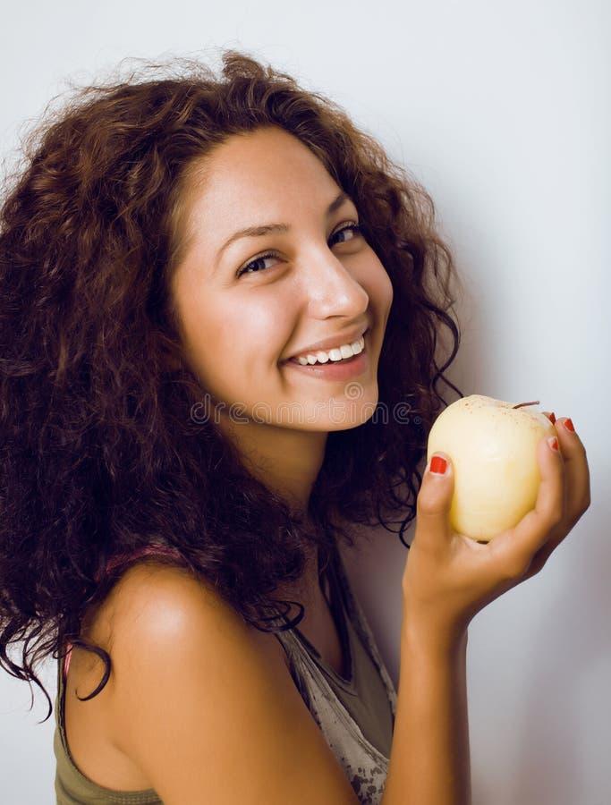 Sorridere alto vicino di tenage della ragazza della mela reale abbastanza giovane di cibo fotografia stock