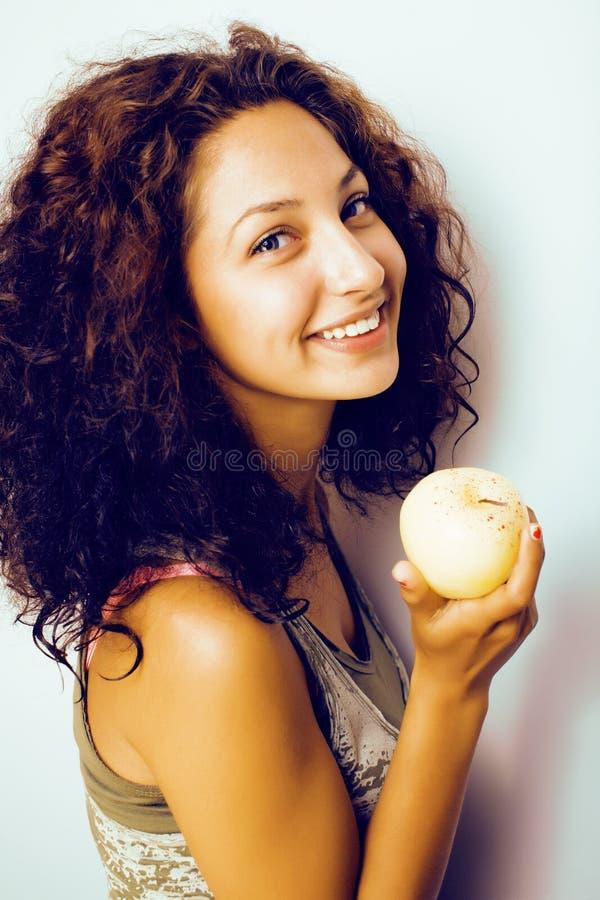 Sorridere alto vicino di tenage della ragazza della mela reale abbastanza giovane di cibo fotografie stock libere da diritti