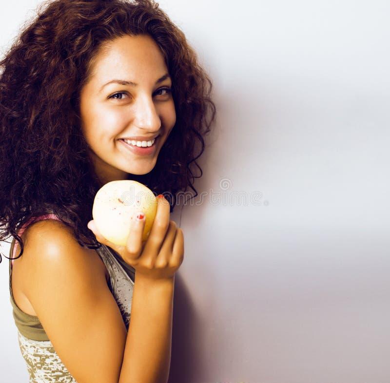 Sorridere alto vicino di tenage della ragazza della mela reale abbastanza giovane di cibo immagini stock