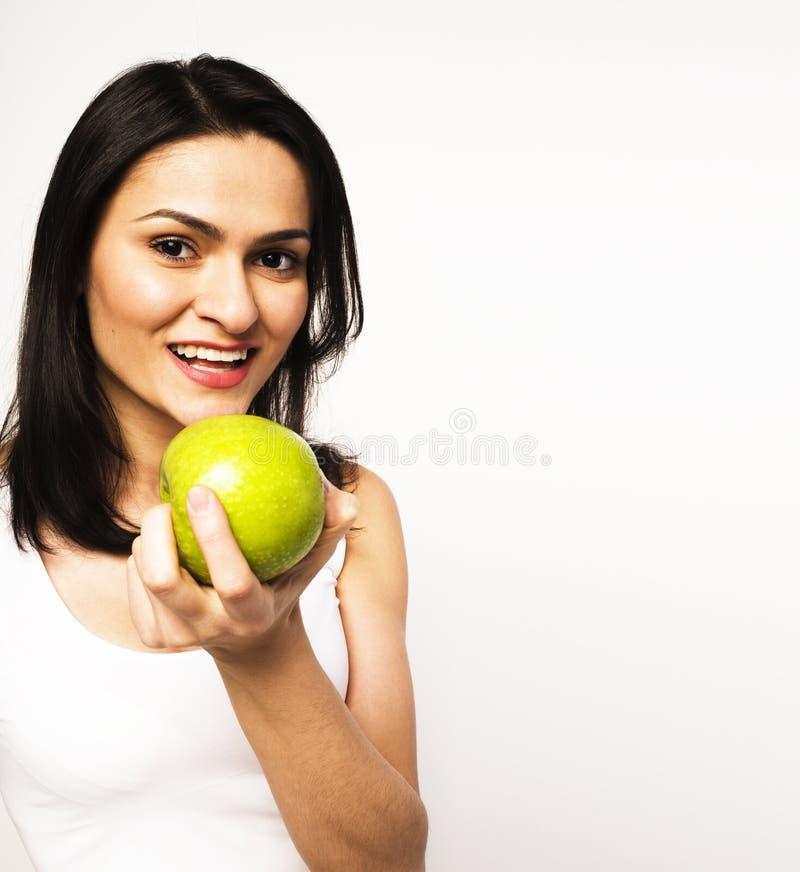 Sorridere alto vicino di tenage della ragazza della mela reale abbastanza giovane di cibo, wom fotografie stock