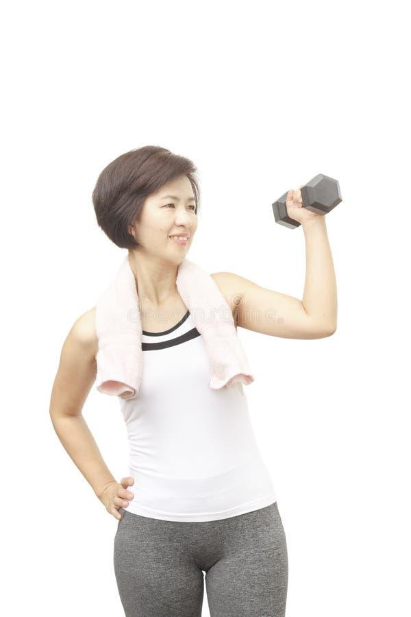 Sorridere asiatico della donna invecchiato mezzo sano di forma fisica fotografia stock libera da diritti