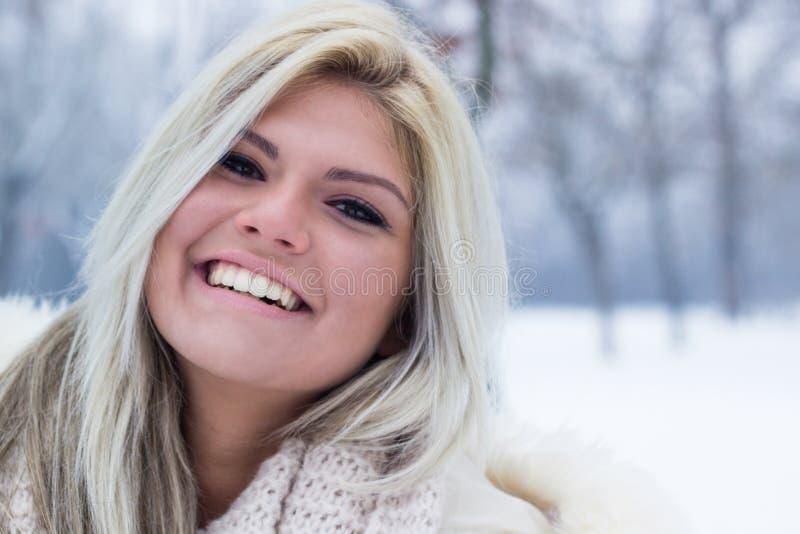 Sorridere attraente della ragazza fotografia stock
