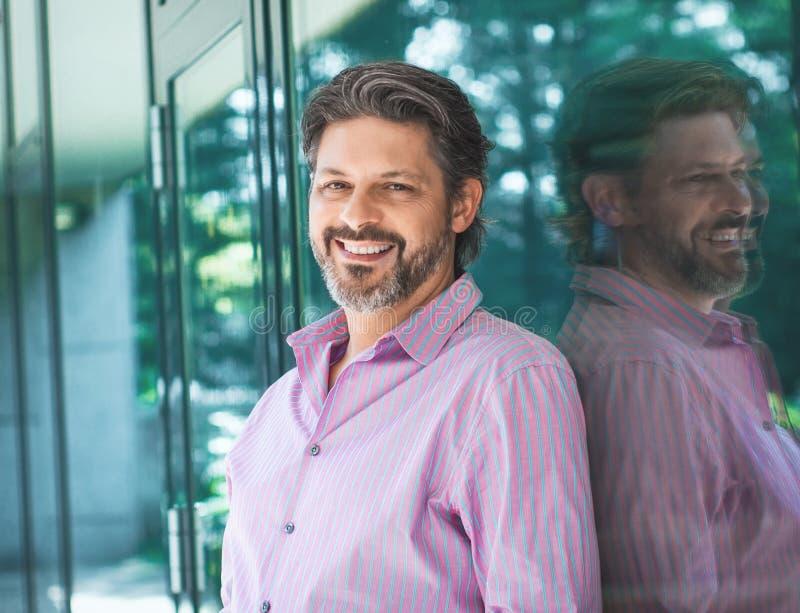 Sorridere barbuto adulto entusiasta dell'uomo Ritratto dell'uomo d'affari allegro fotografia stock
