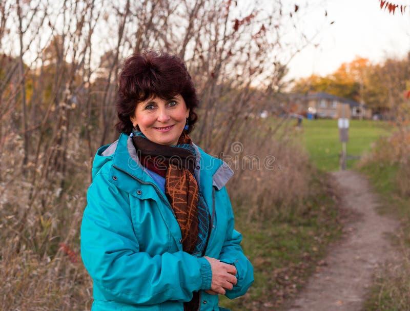 Sorridere beato ed allegro della donna felice di autunno immagini stock libere da diritti