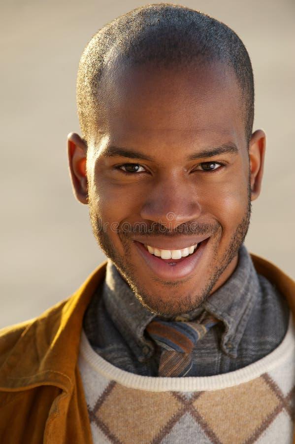 Sorridere bello dell'uomo di colore fotografie stock