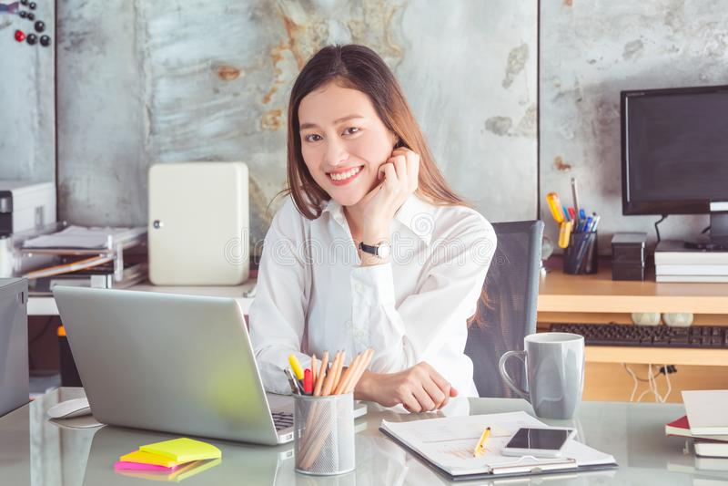 Sorridere bianco d'uso della camicia della bella donna di affari fotografia stock
