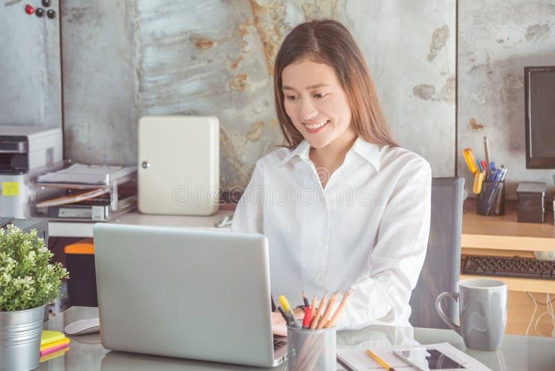 Sorridere bianco d'uso della camicia della bella donna di affari immagini stock