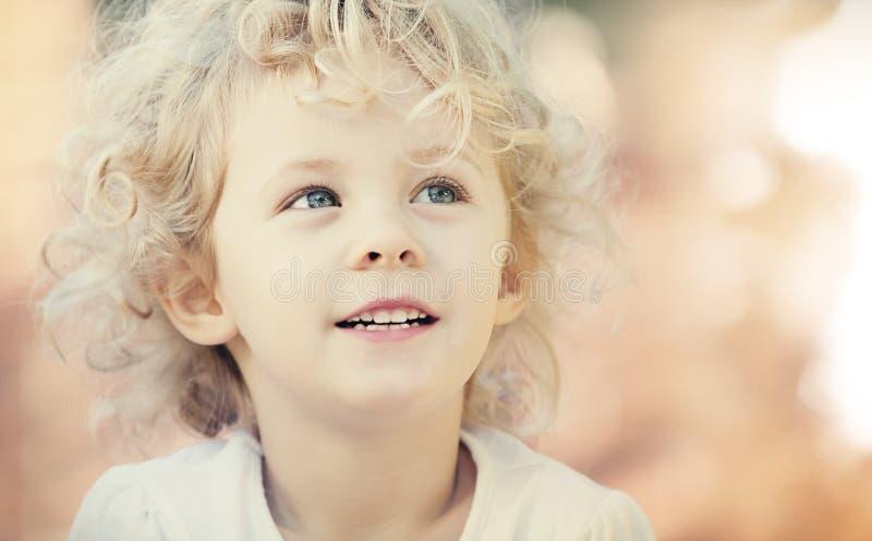 Sorridere biondo della neonata all'aperto fotografia stock libera da diritti