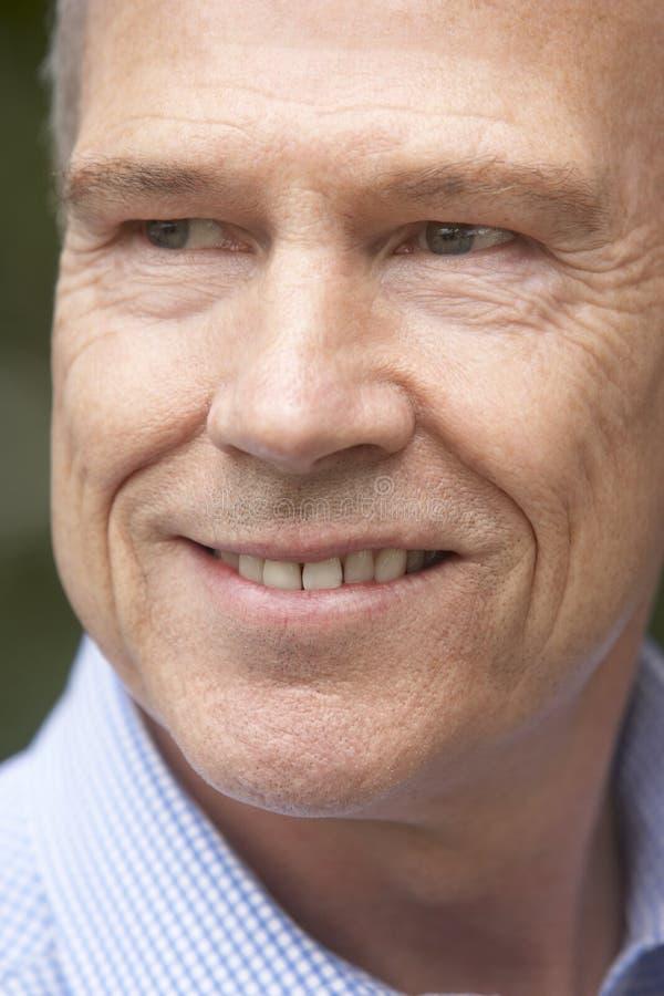 sorridere centrale invecchiato dell'uomo della macchina fotografica fotografia stock