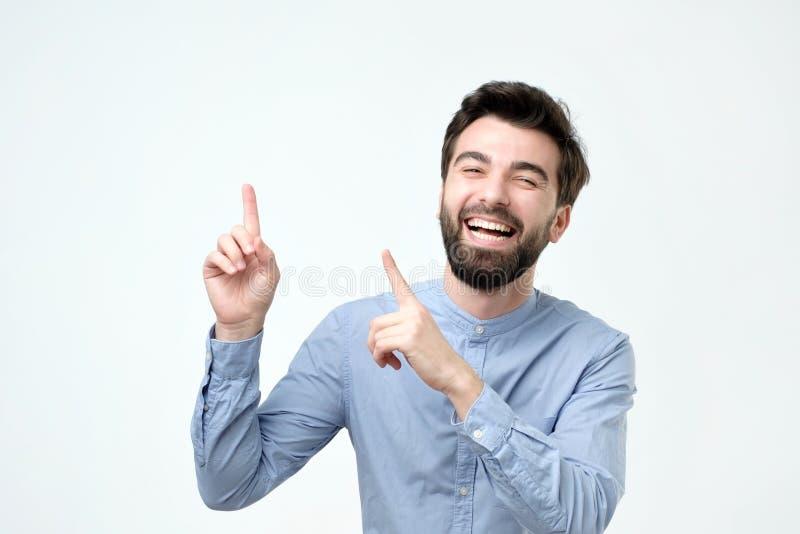 Sorridere con il fronte felice che guarda e che indica il lato con il dito immagini stock libere da diritti