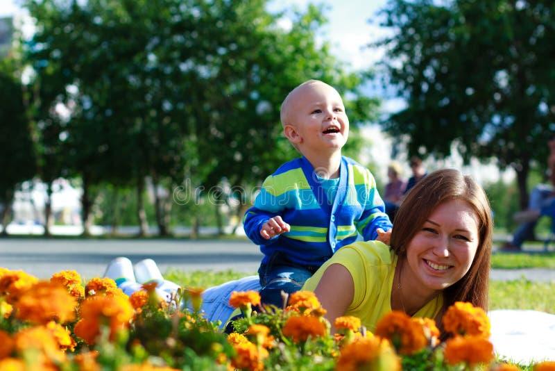 Sorridere del figlio e della madre fotografie stock libere da diritti