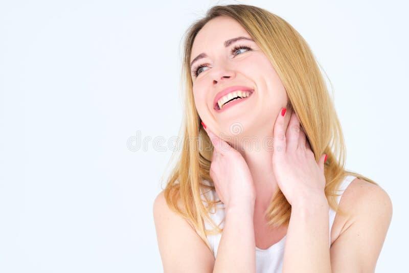Sorridere del fronte di emozione gioca rumorosamente donna tonificante immagini stock