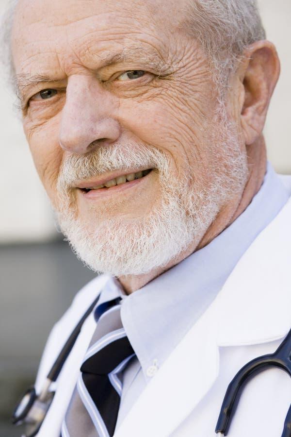 sorridere del maschio del medico fotografia stock