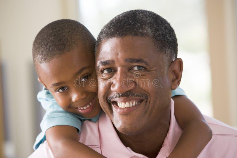 Sorridere del nipote e del nonno immagini stock libere da diritti