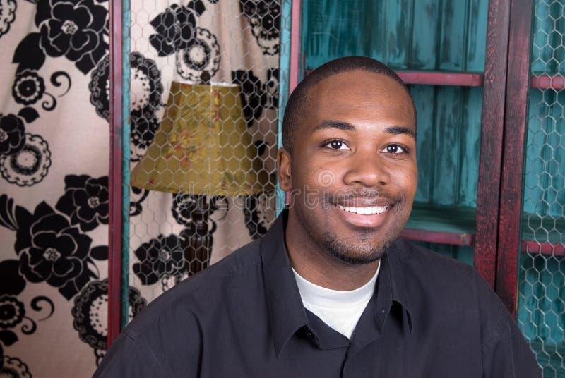 Sorridere dell'uomo dell'afroamericano fotografie stock