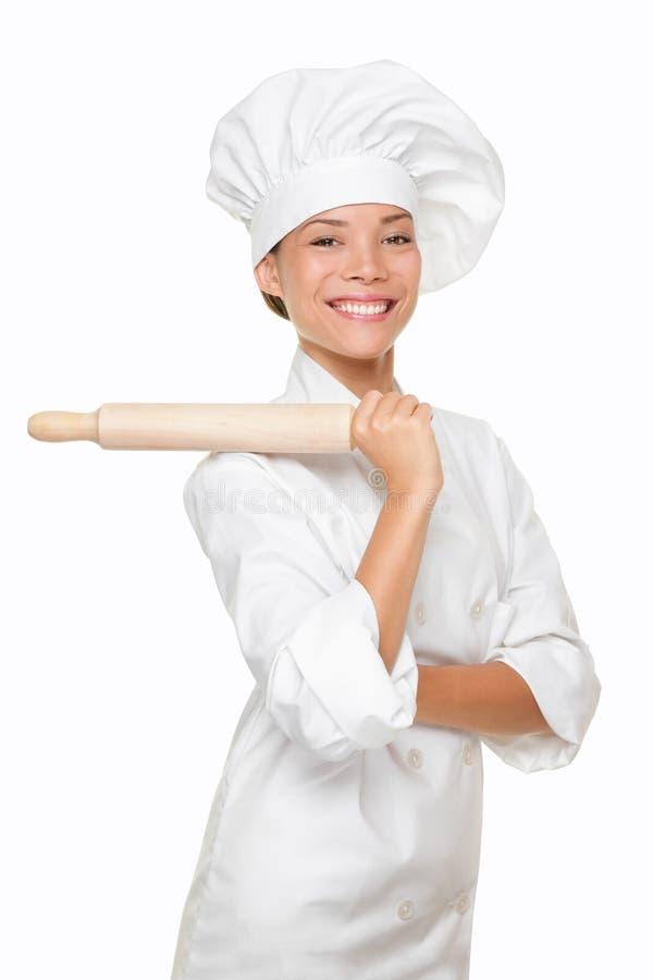 Sorridere della donna del panettiere fiero con il matterello di cottura immagini stock