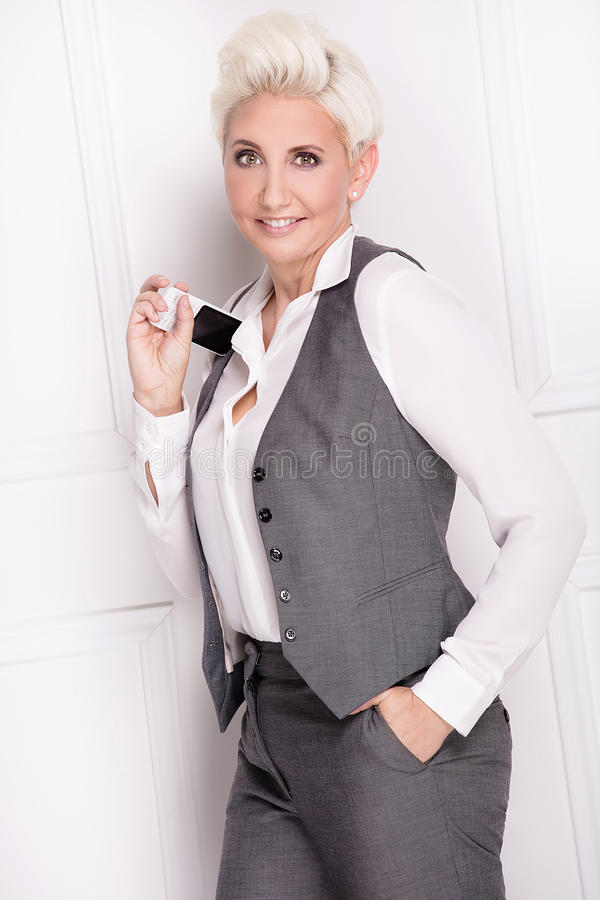 Sorridere della donna di affari, esaminante macchina fotografica fotografie stock