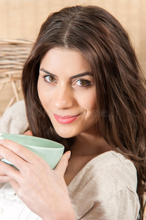 Sorridere della donna e tazza del tè immagini stock