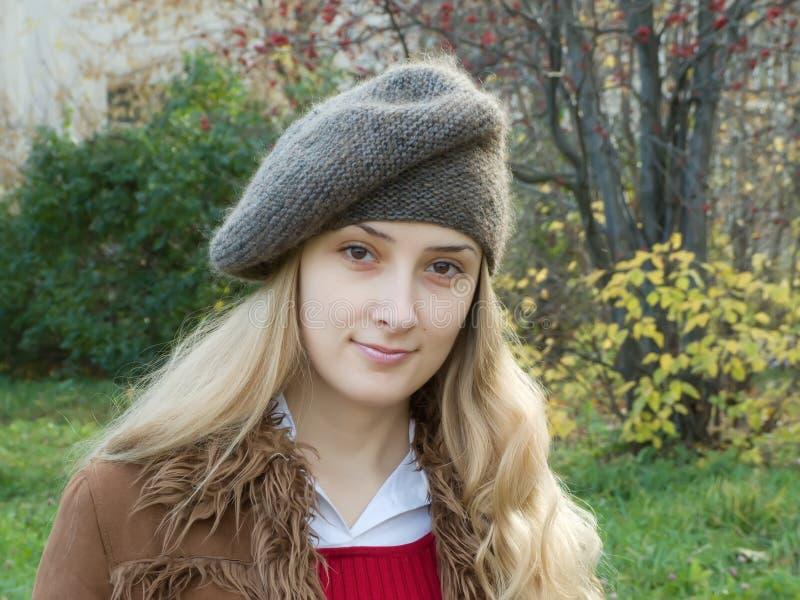 sorridere della ragazza del berreto fotografia stock