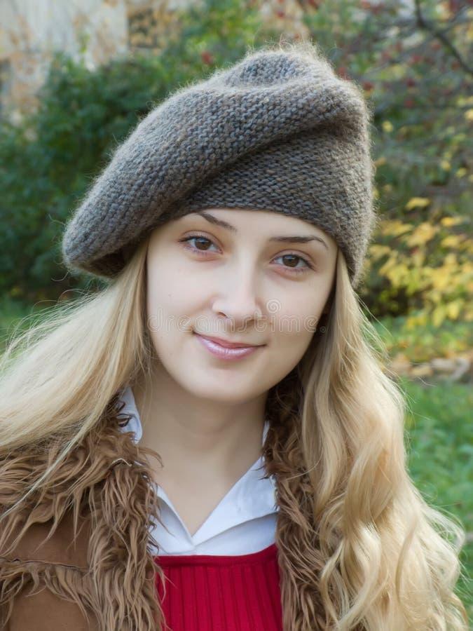sorridere della ragazza del berreto fotografia stock libera da diritti