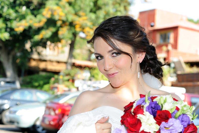 Sorridere della sposa di cerimonia nuziale immagini stock