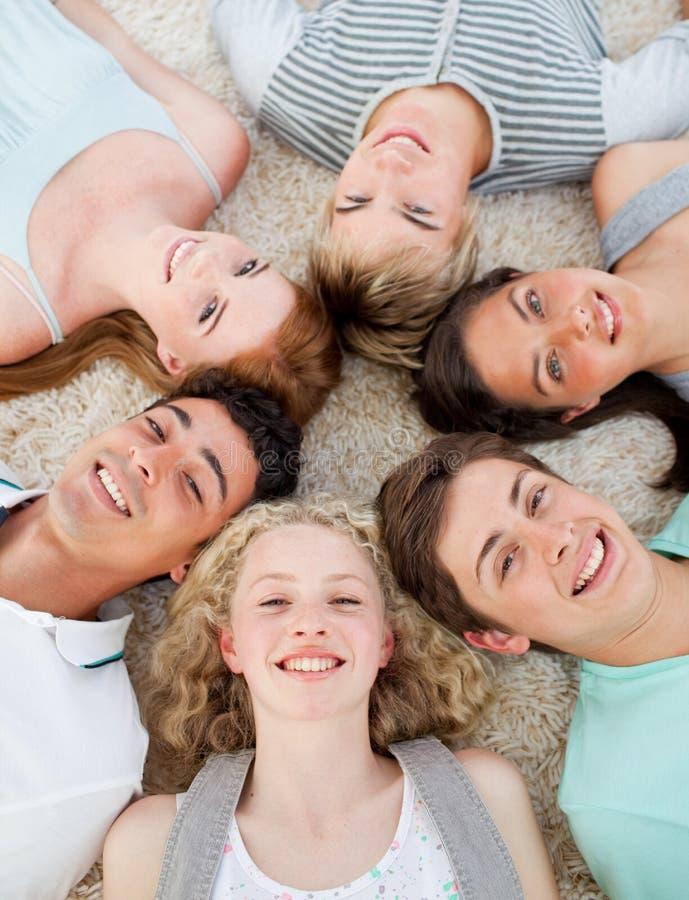 sorridere delle teste degli amici loro insieme immagine stock libera da diritti