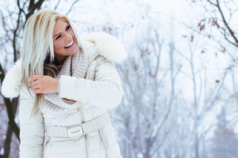 Sorridere di bellezza di inverno fotografia stock