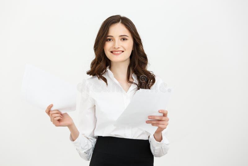 Sorridere di carta di condizione di giovane della donna rapporto caucasico sicuro felice della tenuta isolato sopra il fondo bian fotografia stock