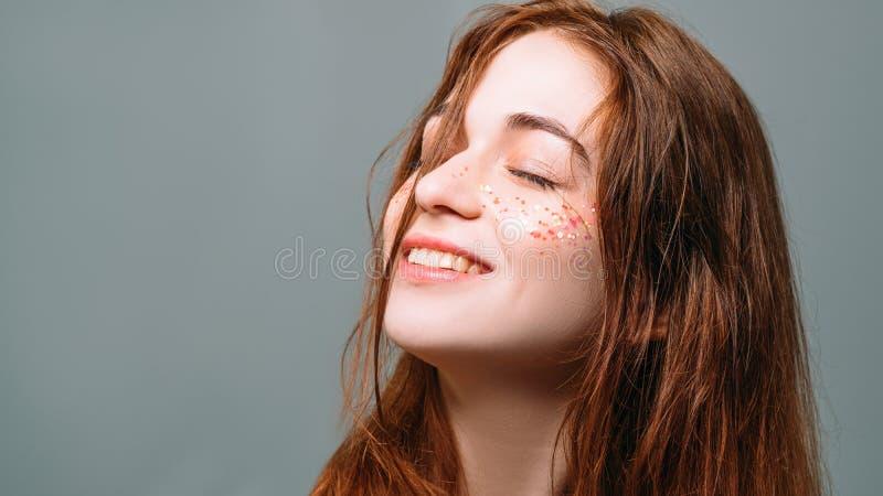 Sorridere di ispirazione di rilassamento della giovane donna vago fotografie stock