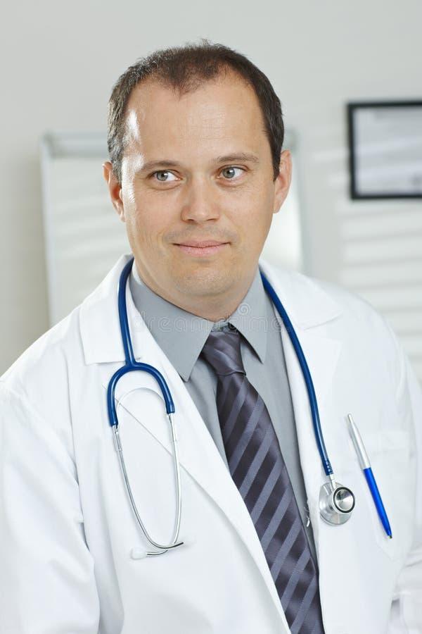 Sorridere di mezza età del medico immagini stock libere da diritti
