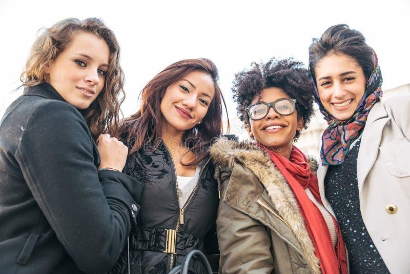 Sorridere di quattro giovane bello ragazze immagine stock libera da diritti