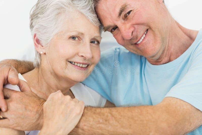 Sorridere faccia a faccia delle coppie senior alla macchina fotografica immagini stock