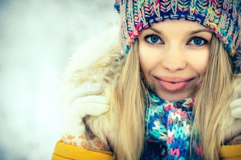 Sorridere felice del ritratto del fronte della donna di inverno immagine stock