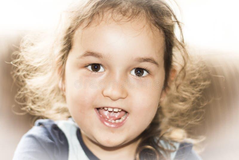 Sorridere felice della bambina del fronte immagini stock
