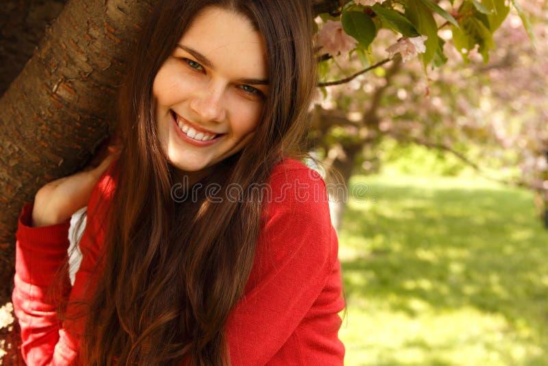 Sorridere felice della ragazza teenager fotografie stock libere da diritti