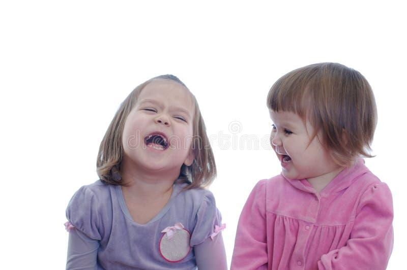 Sorridere felice due bambine isolate su fondo bianco neonate emozionali immagine stock