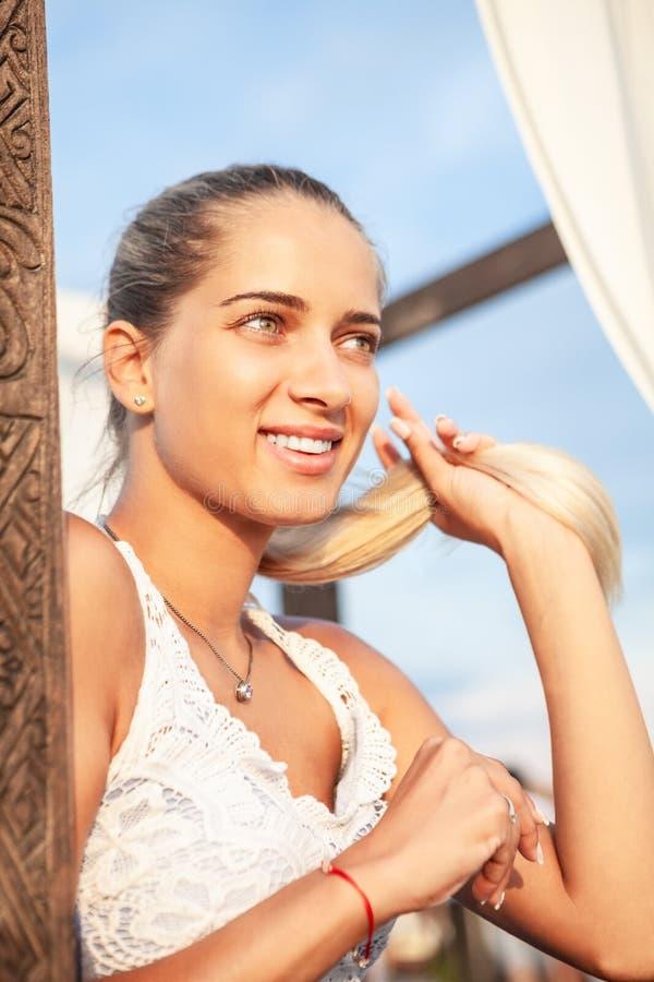 Sorridere fresco dei giovani e donna solare Espressione positiva di gioia fotografia stock libera da diritti