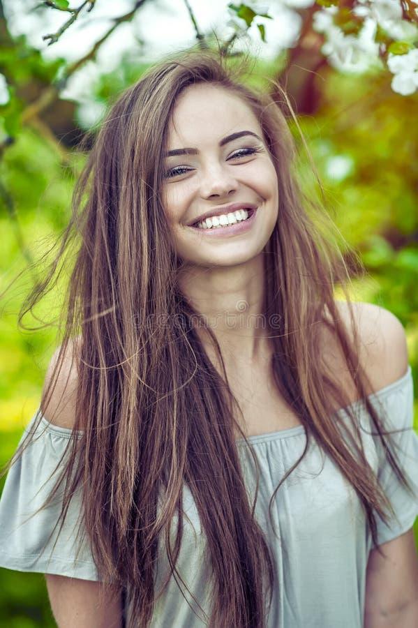 Sorridere grazioso della donna immagine stock