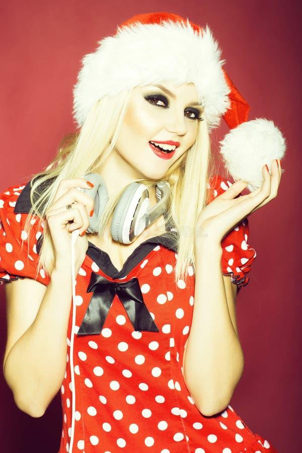 Sorridere grazioso della ragazza del DJ di Natale immagini stock libere da diritti