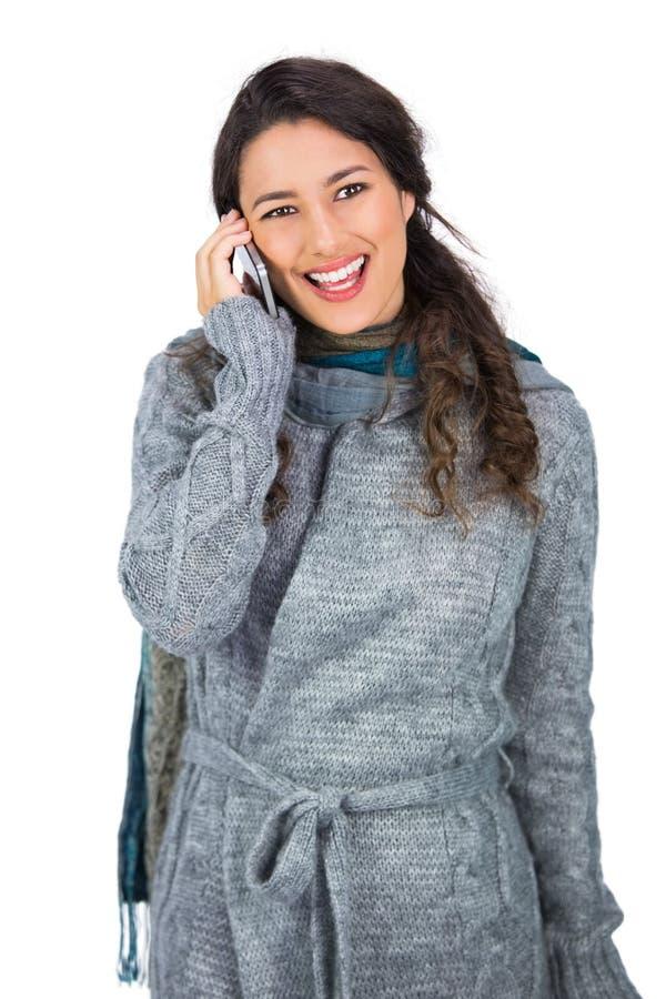 Sorridere l'inverno d'uso abbastanza castana copre sul telefono immagini stock