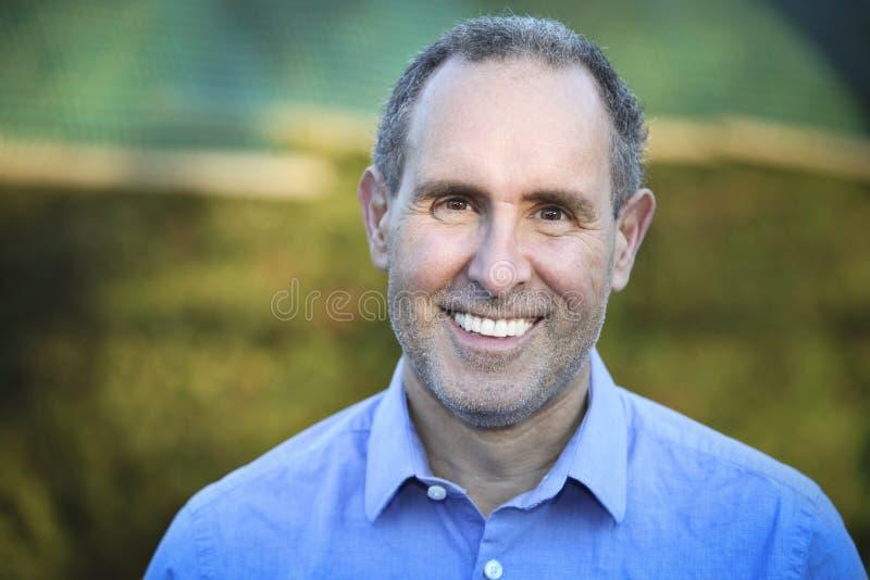 sorridere maggiore del ritratto dell'uomo della macchina fotografica immagini stock