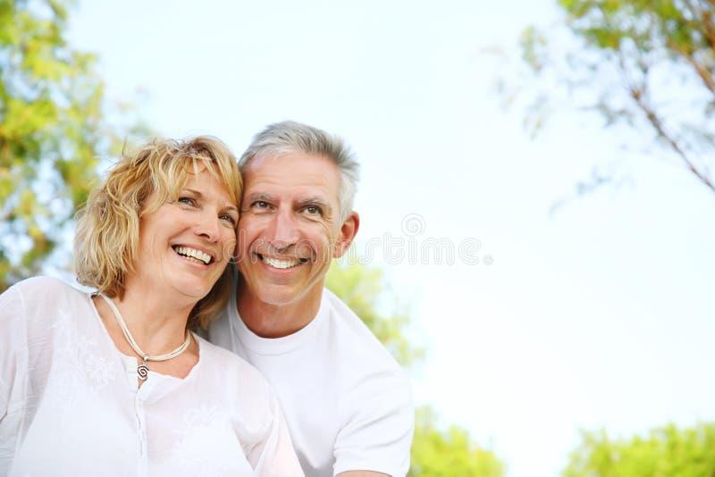 Sorridere maturo delle coppie fotografia stock libera da diritti