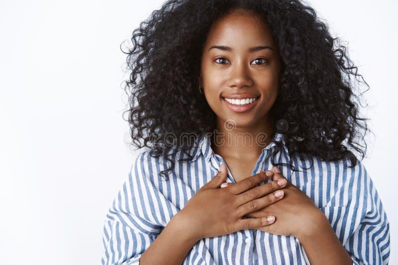 Sorridere riconoscente del bello della donna del primo piano dell'afro-acconciatura della stampa petto dalla carnagione scura pia fotografie stock libere da diritti