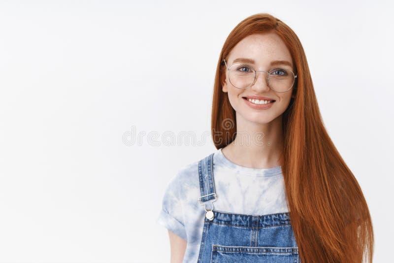Sorridere rosso lungo di vetro di usura dell'acconciatura della ragazza europea attraente uscente allegra della testarossa allegr fotografia stock libera da diritti