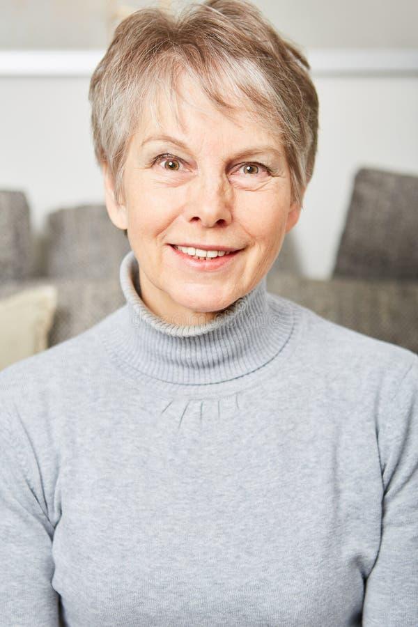 Sorridere senior della donna del pensionato fotografia stock